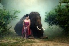 Härlig asia för stående kvinna i lokal traditionell klänning royaltyfria bilder