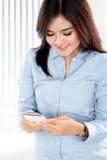 Härlig asiatisk affärskvinna som använder smartphonen Royaltyfri Foto