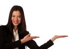 Härlig asiatisk affärskvinna som pekar in i kopieringsutrymme - försäljningar arkivbild