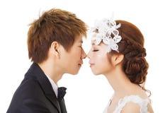 Härlig asiatisk brud och brudgum Arkivfoto