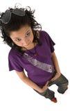Härlig asiatisk brunettkvinna i den isolerade violetta t-skjortan Arkivbilder