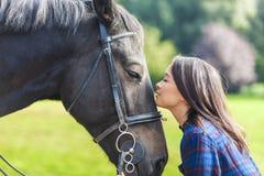 Härlig asiatisk Eurasianflicka med hennes häst arkivfoton