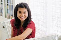 Härlig asiatisk flicka hemma Arkivfoto