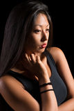 Härlig asiatisk flicka i en svart t-skjorta Arkivbilder