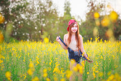 Härlig asiatisk flicka i fältet Royaltyfri Fotografi