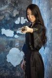 Härlig asiatisk flicka i kimono med en katana Arkivbilder