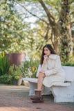 Härlig asiatisk flicka i vinterlag Arkivfoton