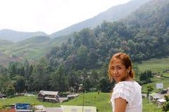 Härlig asiatisk flicka, kvinna som poserar i framdel av sydostlig asiatse Royaltyfria Bilder