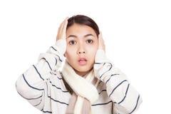 Härlig asiatisk flicka med den chockade halsduken Arkivbild