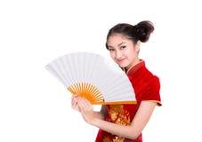 Härlig asiatisk flicka med den kinesiska traditionella klänningen Cheongsam Royaltyfri Foto