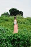 Härlig asiatisk flicka som spelar i gräset royaltyfria bilder
