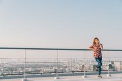Härlig asiatisk kvinna eller högskolestudent som använder mobiltelefonappell på ensam eller ensamt, i stadens centrum cityscapeba royaltyfri foto