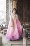 Härlig asiatisk kvinna i Hanbok den koreanska klänningen Arkivfoton