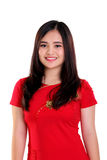 Härlig asiatisk kvinna i isolerad röd cheongsam arkivbild
