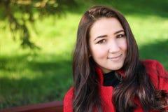 Härlig asiatisk kvinna i rött lag Arkivbild