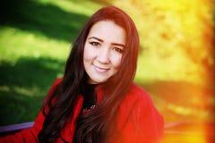 Härlig asiatisk kvinna i rött lag Arkivbilder