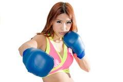 Härlig asiatisk kvinna i rosa färger med blåa boxninghandskar Fotografering för Bildbyråer