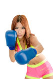Härlig asiatisk kvinna i rosa färger med blåa boxninghandskar Arkivfoto