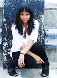 Härlig asiatisk kvinna i stads- inställning Royaltyfri Fotografi