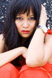 Härlig asiatisk kvinna i stads- inställning Arkivfoton
