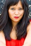 Härlig asiatisk kvinna i stads- inställning Royaltyfria Bilder
