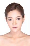 Härlig asiatisk kvinna med det sunda hudbegreppet för brunnsort, proper rengöring Fotografering för Bildbyråer