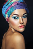 Härlig asiatisk kvinna med turbanen eller hijab Etnic skönhetportrai royaltyfria foton