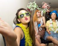 Härlig asiatisk kvinna på det Carnaval partiet i Brasilien Flickan är s arkivfoto