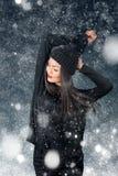 Härlig asiatisk kvinna som bär den stack hatten med pompomen Arkivfoto