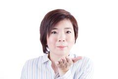 Härlig asiatisk kvinna som blåser ut ur mun Arkivbilder