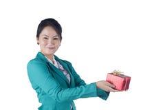 Härlig asiatisk kvinna som rymmer en gåvaask Royaltyfri Fotografi