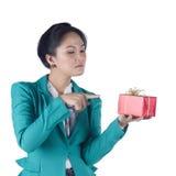 Härlig asiatisk kvinna som rymmer en gåvaask Royaltyfri Bild