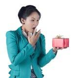 Härlig asiatisk kvinna som rymmer en gåvaask Royaltyfria Bilder