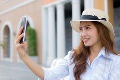 Härlig asiatisk kvinna som tar selfie Royaltyfri Foto