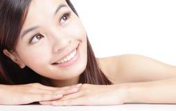 Härlig asiatisk kvinnaleendeframsida Arkivbild