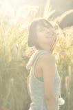 Härlig asiatisk kvinnaleendestående med solstrålen fl Arkivbilder