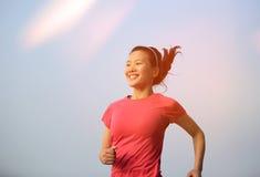 Härlig asiatisk kvinnaspring för sund livsstil royaltyfria bilder