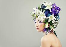 Härlig asiatisk modell Woman med färgrika blommor royaltyfri foto