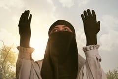 Härlig asiatisk muslimkvinna i traditionellt be för klänning Arkivfoton
