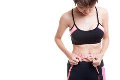 Härlig asiatisk sund flicka som mäter hennes midja Arkivfoto