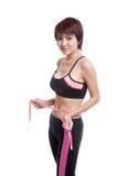 Härlig asiatisk sund flicka som mäter hennes midja Royaltyfria Foton