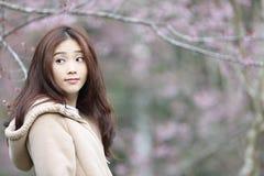Härlig asiatisk ung kvinna, i att blomma körsbärsröda blomningar sakura arkivbilder