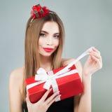 Härlig ask för modellGirl Open Red gåva Royaltyfri Foto
