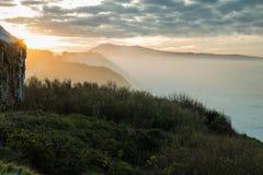 Härlig atmosfärisk landskapsikt i solnedgång med tillbaka ljus på den atlantiska kustlinjen med enorma vågor, basque land, Frankr fotografering för bildbyråer