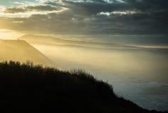 Härlig atmosfärisk landskapsikt i solnedgång på den atlantiska kustlinjen med enorma vågor, basque land, Frankrike royaltyfri fotografi