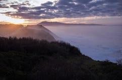 Härlig atmosfärisk landskapsikt i solnedgång på den atlantiska kustlinjen med enorma vågor, basque land, Frankrike arkivbild