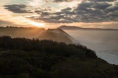 Härlig atmosfärisk landskapsikt i solnedgång på den atlantiska kustlinjen med enorma vågor, basque land, Frankrike royaltyfri bild