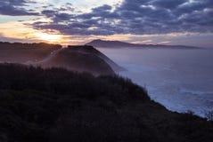 Härlig atmosfärisk landskapsikt i solnedgång på den atlantiska kustlinjen med enorma vågor, basque land, Frankrike arkivfoto
