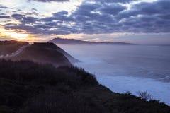 Härlig atmosfärisk landskapsikt i solnedgång på den atlantiska kustlinjen med enorma vågor, basque land, Frankrike royaltyfria bilder