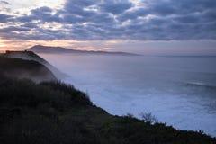 Härlig atmosfärisk landskapsikt i solnedgång på den atlantiska kustlinjen med enorma vågor, basque land, Frankrike arkivfoton